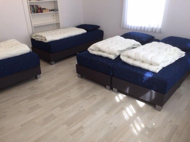 3e slaapkamer met 4 eenpersoons box spring bedden