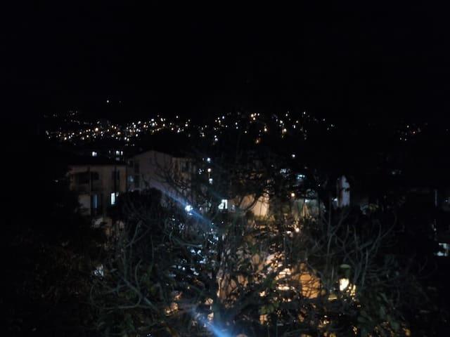 Hermosa vista nocturna del apartaestudio <3 _ <3