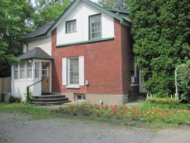 Downtown Peterborough URBAN COTTAGE 3 Bedrooms