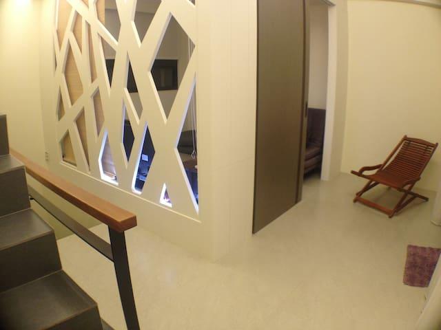 獨立樓層.包含一間起居室.一個戶外陽台.一個置物區.一間廁所
