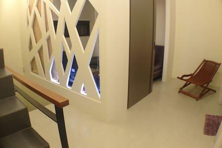 獨立樓層.包含一間起居室.一個戶外陽台.一個置物區.一間廁所 - Bali District