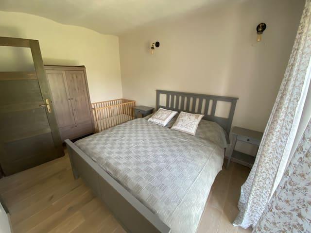 zadná izba - manželská posteľ a detská postieľka