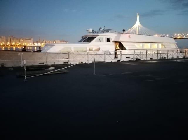 Проживание на самой большой яхте Санкт-Петербурга
