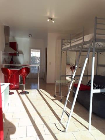Pertuis : Studio quartier résidentiel avec jardin