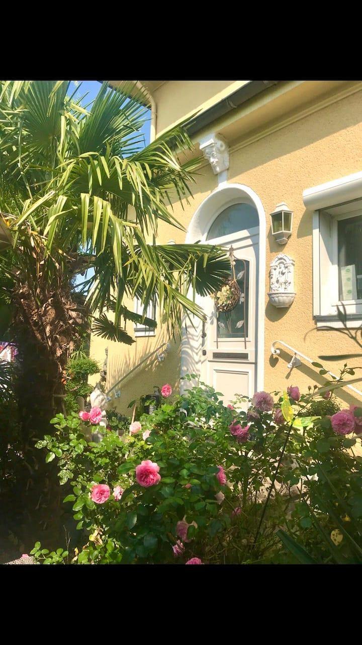Chill & Art Appartement in Mediterraner Villa