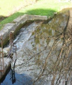 Douce chambre privée dans Moulin à eau restauré... - Bussac-sur-Charente - 独立屋