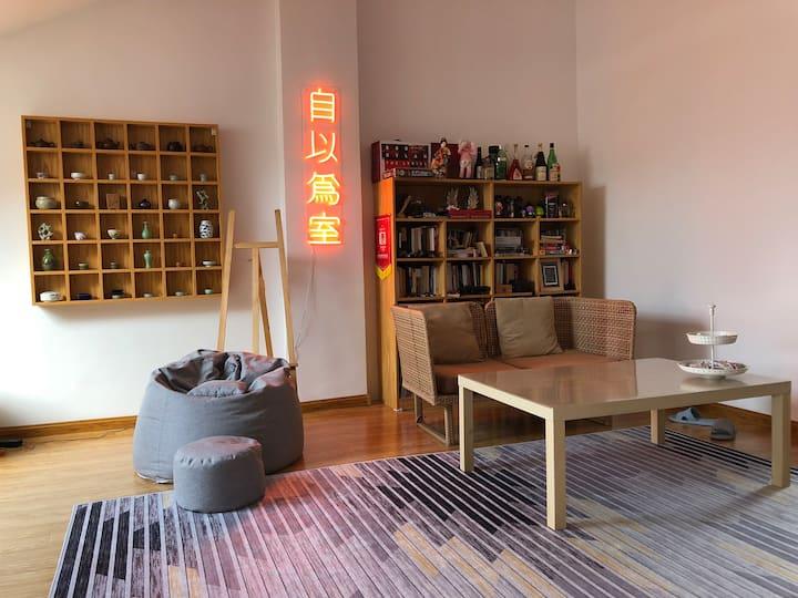自以为室#2 (之二)  卧室自带独立露台 毗邻老虎滩渔人码头 这里有黑胶和CD 文艺书籍 茶和酒