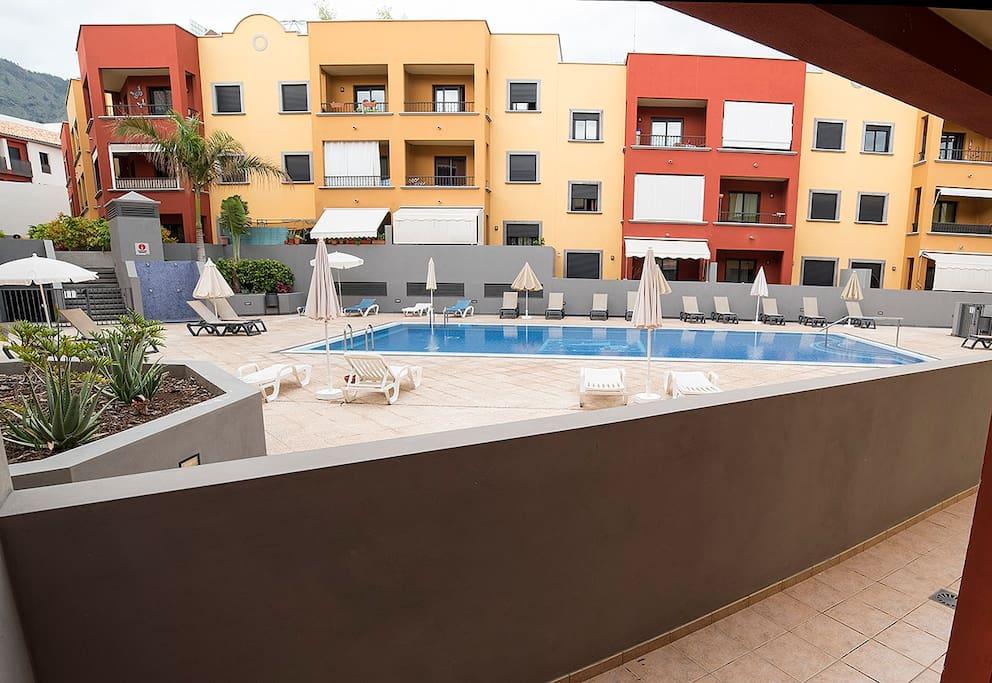Vista de la piscina desde la terraza.
