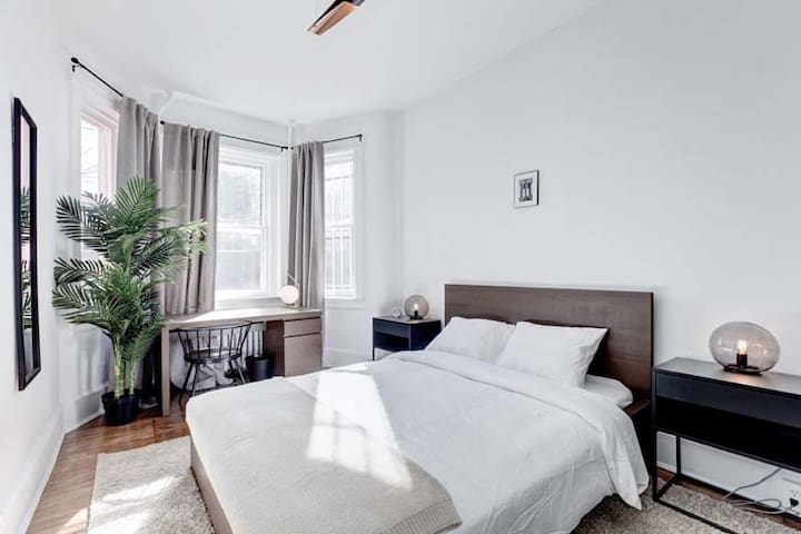 Spacious Queen Room in Capitol Hill