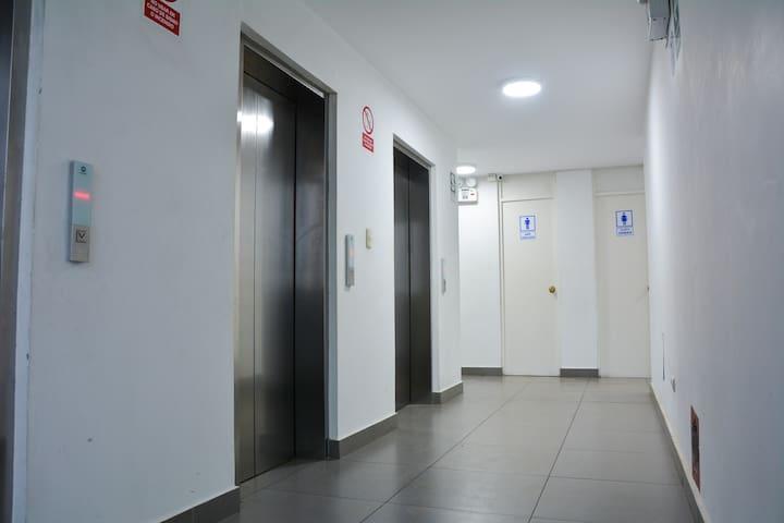3 asensores modernos que te llevarán al 3er piso donde esta el departamento y al piso 15 donde se encuentra la terraza que te hará disfrutar del hermoso mar