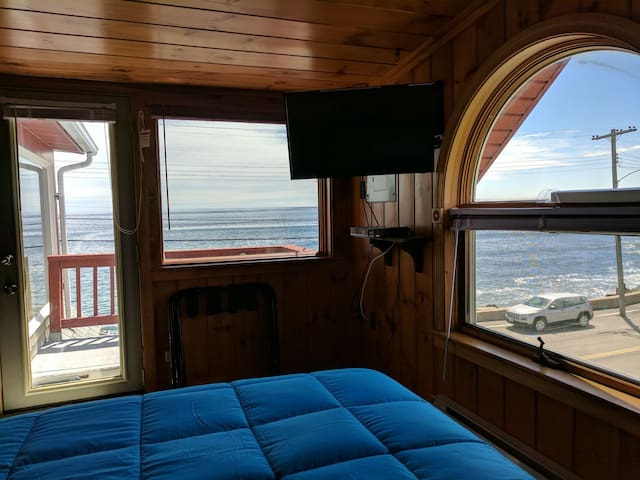 Panoramic Views of the Ocean from both beds. Private Balcony is right out that door.