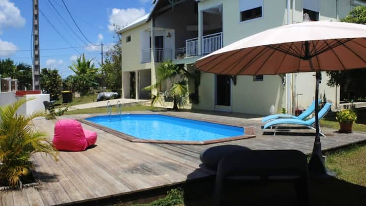 Studio in Baie Mahault , with shared pool, enclosed garden and WiFi - 12 km from the beach