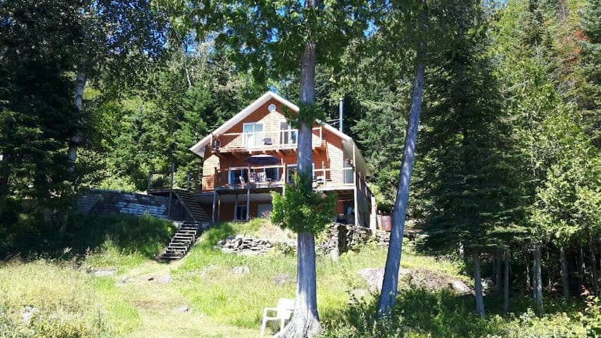 Cabin/chalet- sleeps 10 people near Mont Tremblant