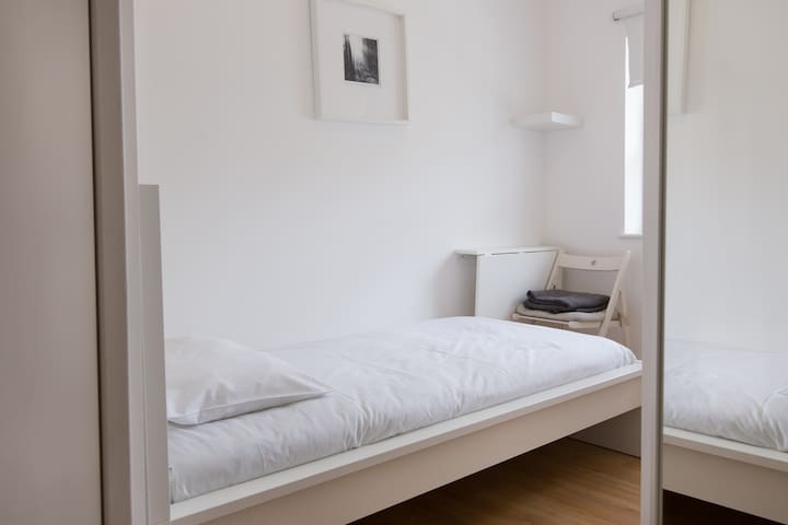 Elegant single bedroom in Tottenham Street by Allô Housing