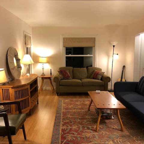 Quiet, cozy 2 bed near downtown