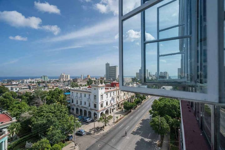 Vista desde la terraza a la Ciudad de la Habana y su céntrica avenida 23.