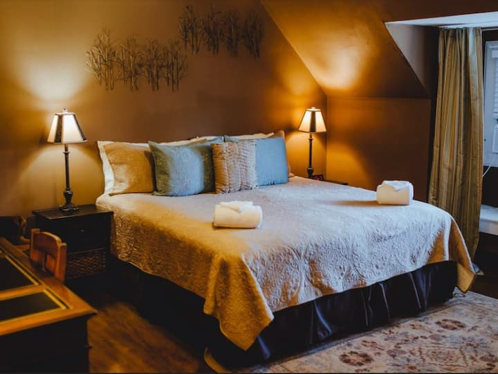Double/Twin Premium Room - Knights Quarters