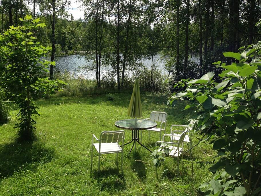 Ulkona voi istua useissa eri paikoissa ja nauttia veden liplatuksesta, ruohon tuoksusta ja luonnon antamasta seesteisestä tunnelmasta.