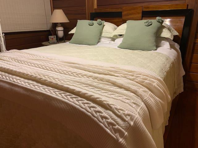 Cama Queen Size , com protetores de colchão e travesseiros . Lençóis 300 fios e cobertores disponíveis. Tudo higienizado.