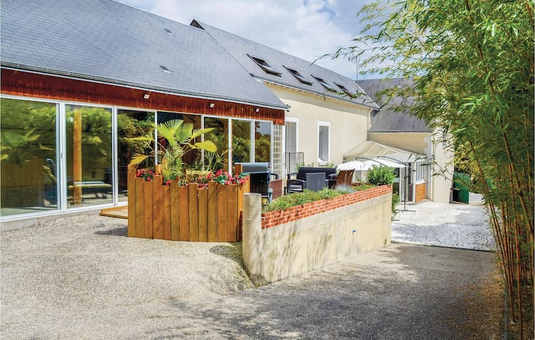Holiday cottage with 4 bedrooms on 225m² in Nazelles Négron