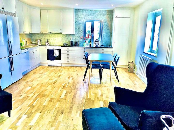 Toppmodern lägenhet mitt i Visby innerstad.