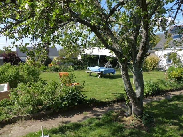 Maison et jardin, au calme sur 800 m2 - Hennebont - Huis