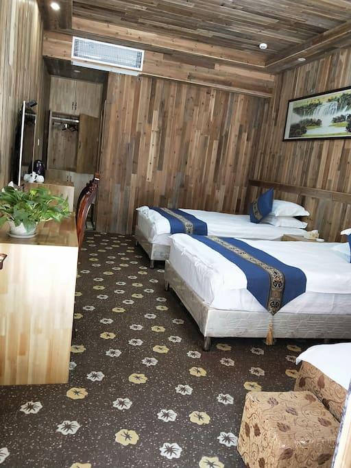 卧室全景照片,彩色液晶电视机,办公桌,电吹风,电水壶等一应俱全。