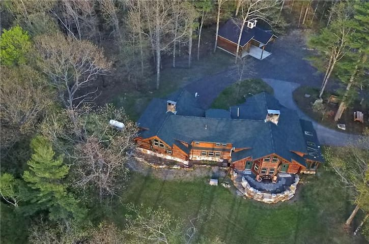 Beautifully appointed log home in Mt Vernon, ME