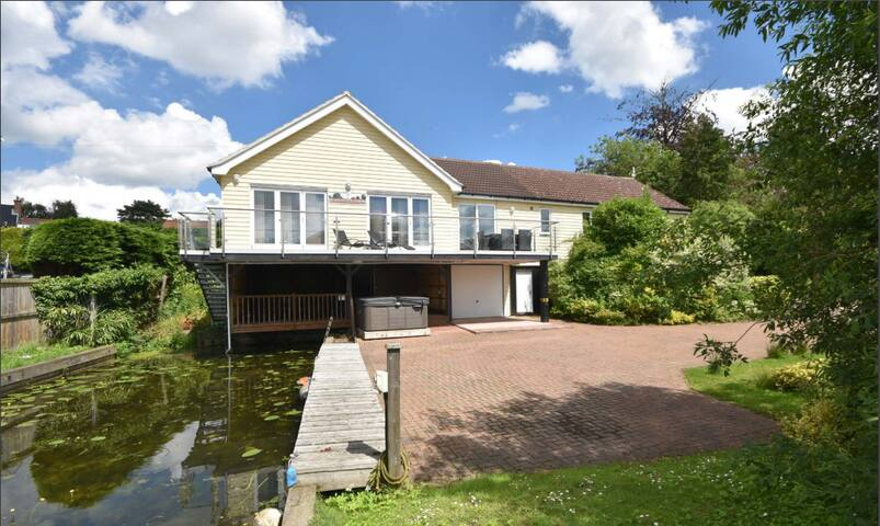 A riverside retreat overlooking the River Bure - Horning