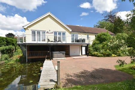 A riverside retreat overlooking the River Bure - Horning - Bungalow
