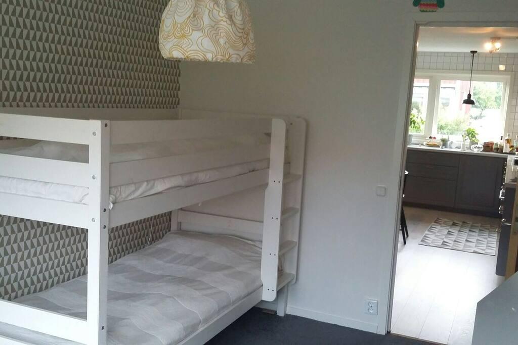 Sovrum nr 2. En våningssäng med 90 sängar.