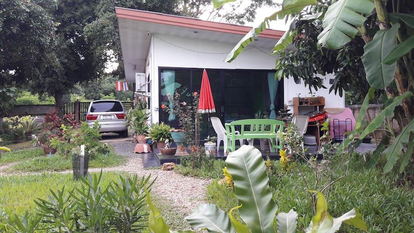 Privates Gästezimmer mit Bad am Palmengarten