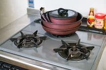 kitchen:There is a gas range.The firepower is strong and any cooking can be done. It is safe because it also has a safety device.