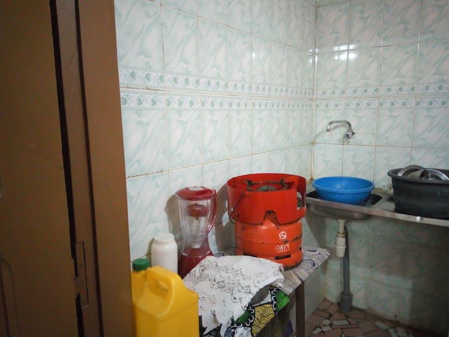 La cuisine  bien  équipé dans la chambre,  il y a un réfrigérateur congélateur  permettant  au héberger  de mieux survivre