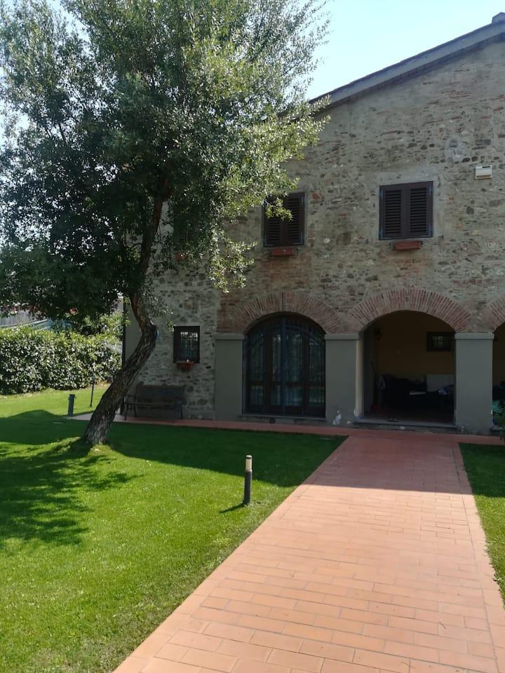 Casa di Paola. Colonica in pietra del 1700..