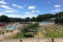 POOLOMRÅDE 5 min bort ligger Eriksdalsbadet som både har en äventyrsdel inomhus och ett stort poolområde för stora och små. www.stockholm.se/eriksdalsbadet