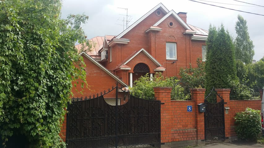 Дом с бассейном и садом - Desna - House