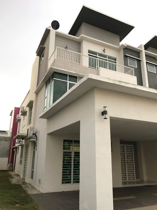 2 1/2 stories Semi-D home stay. Stay up to 11 ppl. High class and very nice  and romantic. Fully furnished, gated and guarded, 24 hours under CCTV monitoring. Club house, swimming pool, gym, tennis and basketball court, play ground. Low density and peace location. Best facilities in Sitiawan and Manjung home stay.