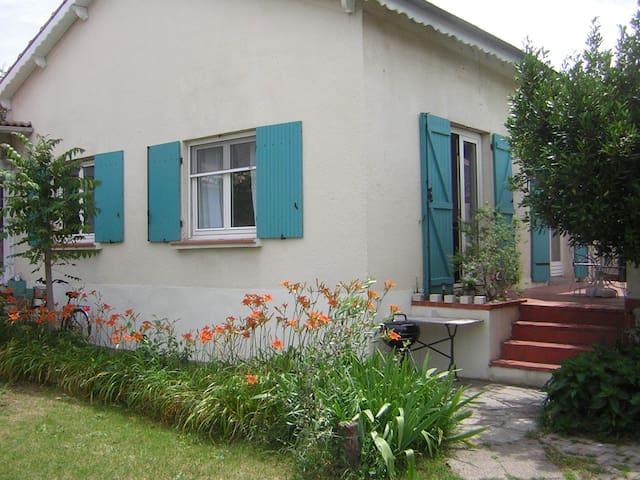 NIMES, maison avec terrasse et jardin, 2/7 pers,