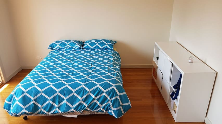 Sunny large bedroom in Hunters Hill - close to CBD