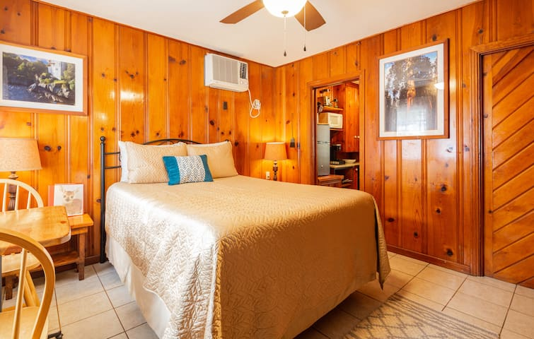 Twin Oak Romantic Cabin ~ LONG TERM STAY SPECIAL