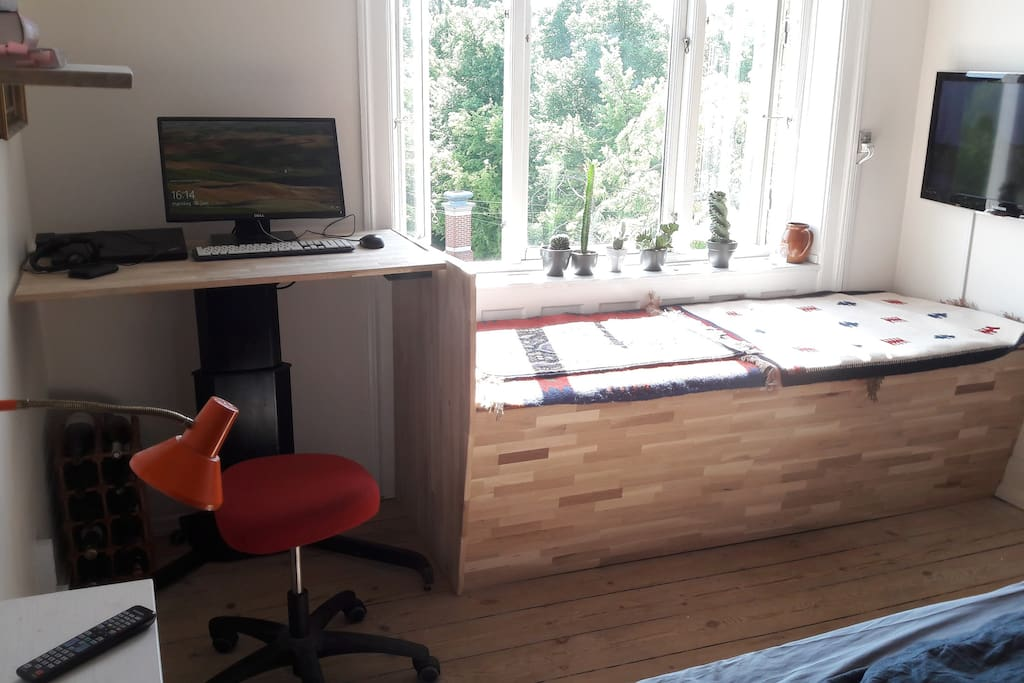 TV lounge and workstation with a view to Stefansgade and the park