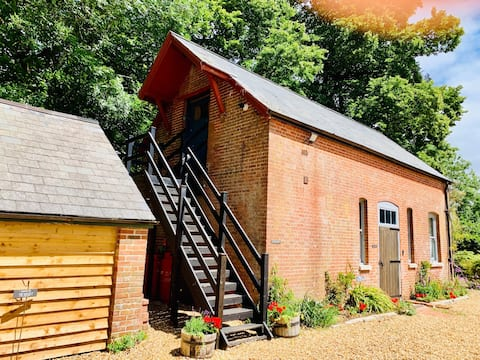 Stylish & Romantic Hayloft with views, New Forest