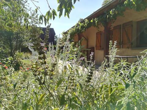 Maison pimpante dans un joli jardin clos