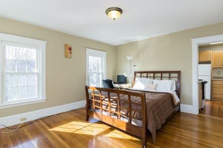 Big Room minutes from Subway and Ferry $899 amonth - Weymouth - Haus