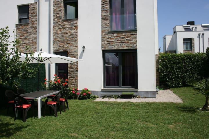 Bonito chalet pareado, con jardín, en urb. privada