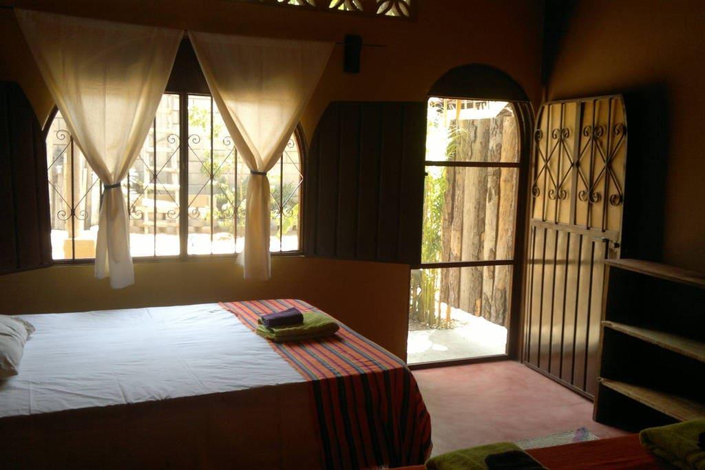 Habitación DCH, con una cama Queen Size y otra Matrimonial.