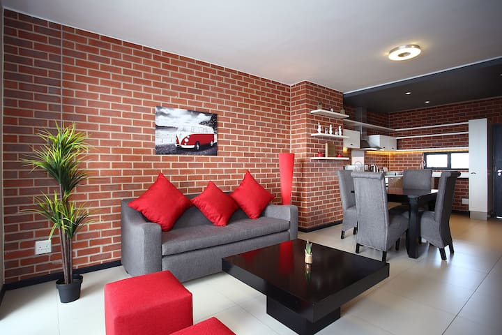 2 Bed/2 Bath The Vantage next door Rosebank Mall - Joanesburgo - Apartamento