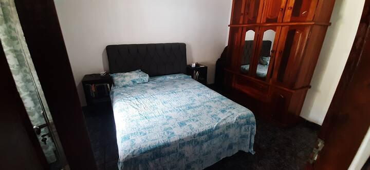 Quarto completo para 2 pessoas em casa confortável