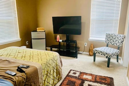 ♥️ReLaX 2ndFloor•Private Bed & Bath•SmartTV•Fridge♥️